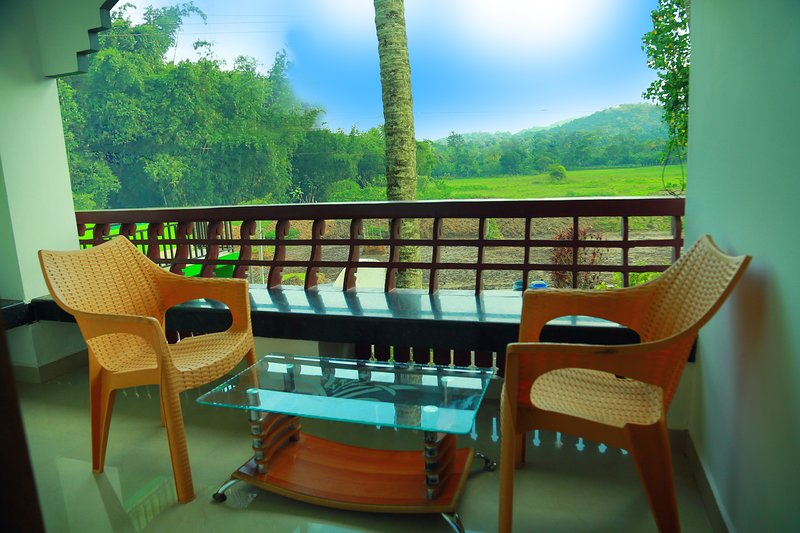 LITTLE WOODS HOMESTAY.. A single bedded suite for a family.., vacation rental in Kanchiyar