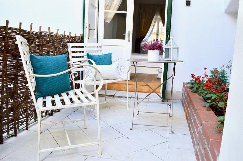 Salga del tranquilo dormitorio principal a este espacioso patio ideal para cenar al aire libre