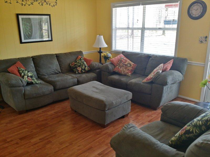 Asientos cómodos agradables en la sala de estar! Gran televisor de pantalla plana en la pared opuesta. Disfruta de descansar y mirar!