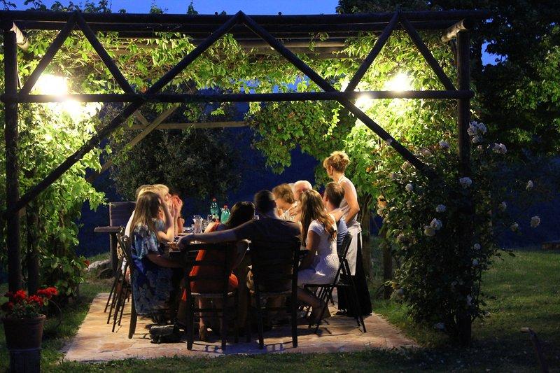 Cena sotto il gazebo.