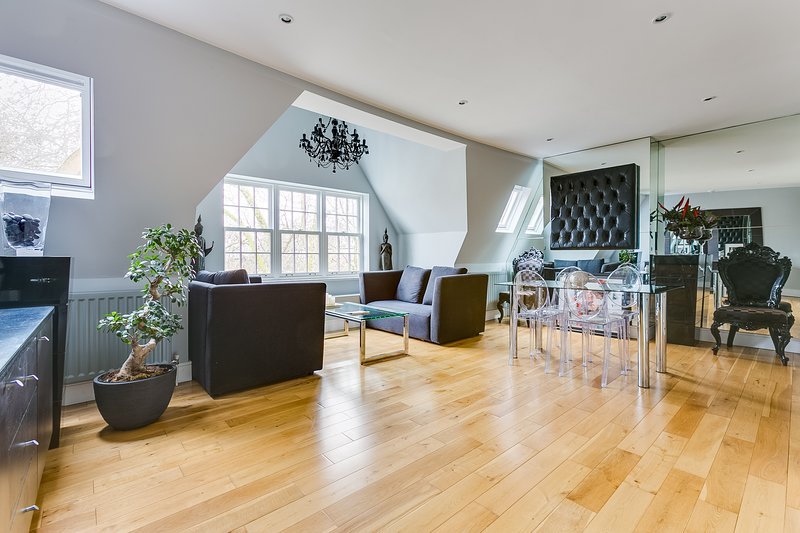 Stylish 2 Bed Flat in Chiswick, 2 mins to tube, Ferienwohnung in Hounslow