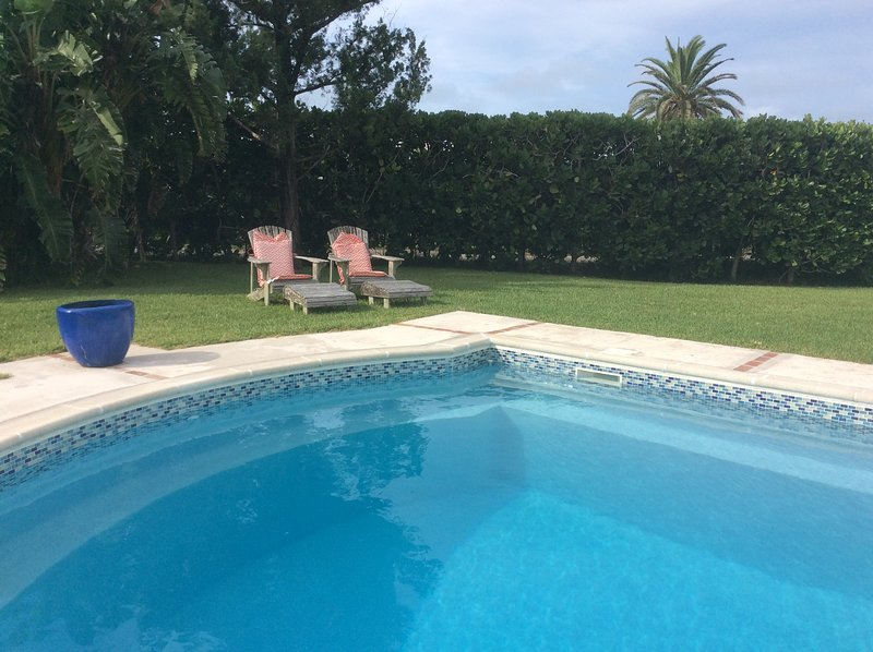 Las Brisas Apartment with Pool and close to beach, holiday rental in Hamilton Parish