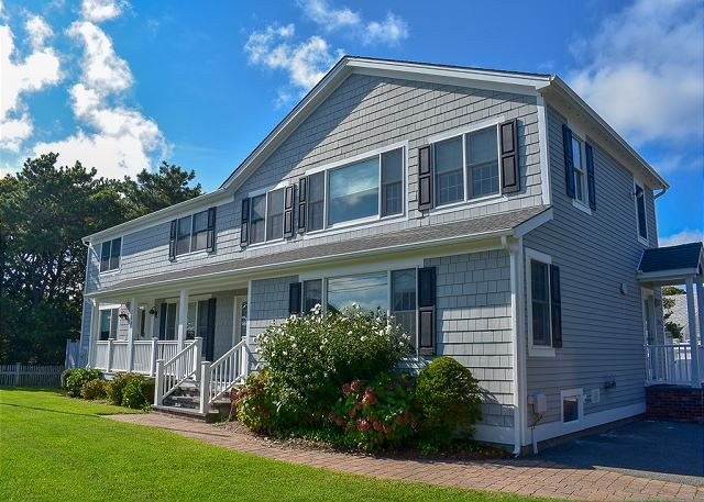 Four bedroom home sleeping 10 only 100 yards to shared/private beach, holiday rental in South Yarmouth