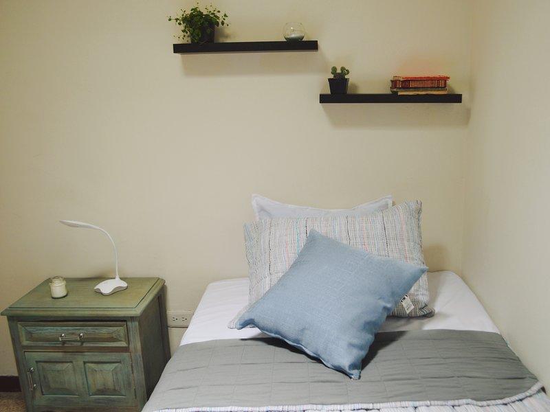 COZY ROOM /TV & NETFLIX IN LAURELES /5 MINS METRO, holiday rental in San Jeronimo