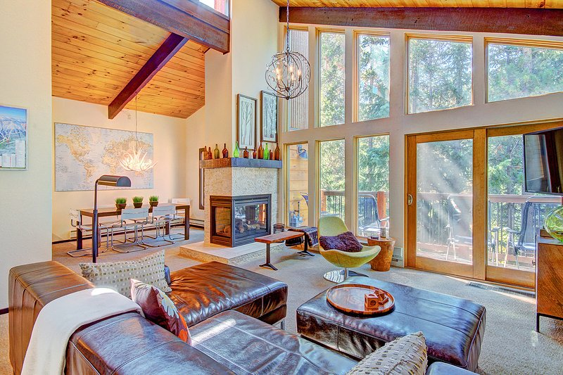 SkyRun Property - 'Tannenbaum by the River' - Spacious living room with gas fireplace, TV, lofted ceilings