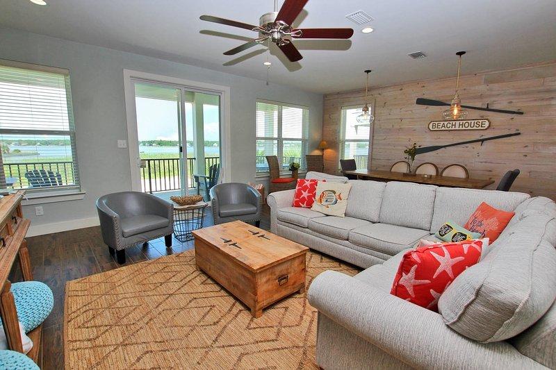 Water Front Living Room com acesso à varanda