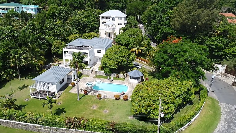 Family room - triple, double or single. Shared Bathroom, holiday rental in Long Bay