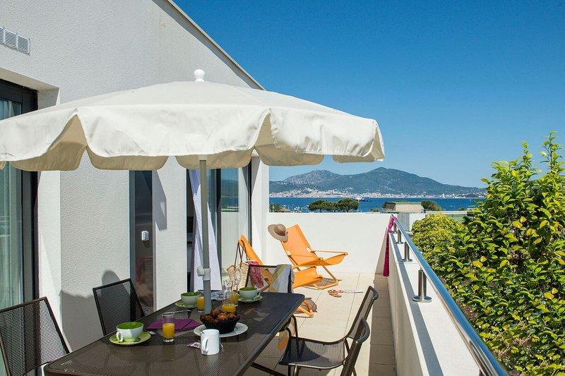 Siéntese en su terraza amueblada y disfrute de una copa de vino bajo el cálido sol.