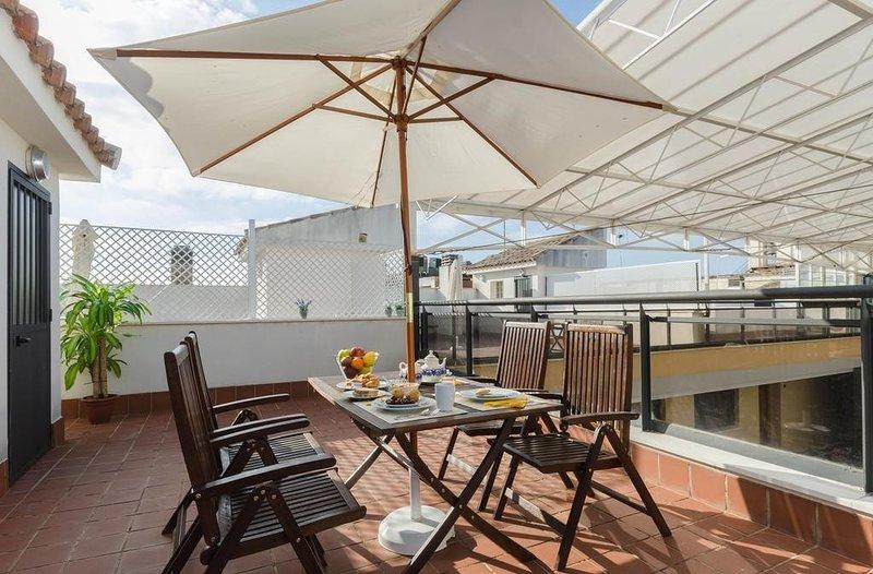 Bienvenido a nuestro acogedor y elegante apartamento con una terraza privada en la azotea en Córdoba.