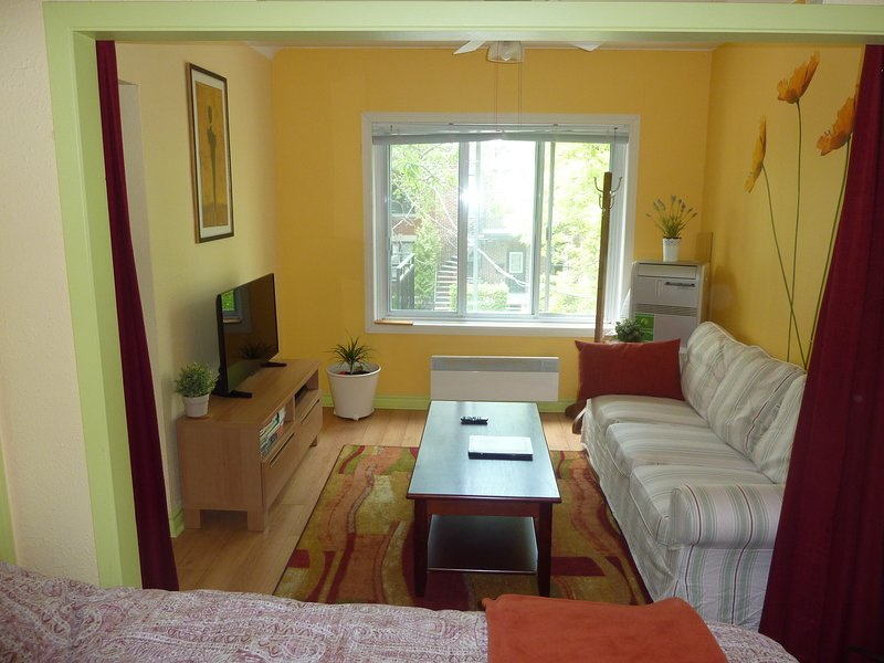Furnished apartment located in 2 min feet to metro, vacation rental in Montreal