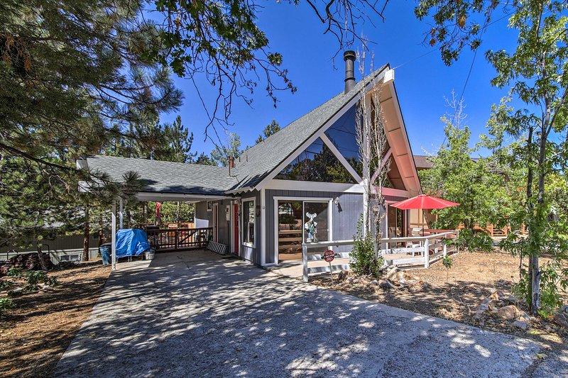 Cozy Cabin w/Hot Tub, 5 Min to Big Bear Lake & Ski, holiday rental in Moonridge