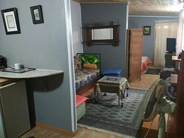 camera con bagno privato soggiorno con divano letto cucina con frigo e forno e parcheggio alla porta