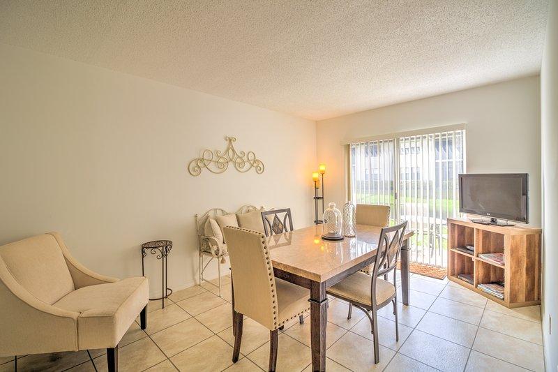 Shorewalk Vacation Villas - Cozy & Bright Day Room and Dining