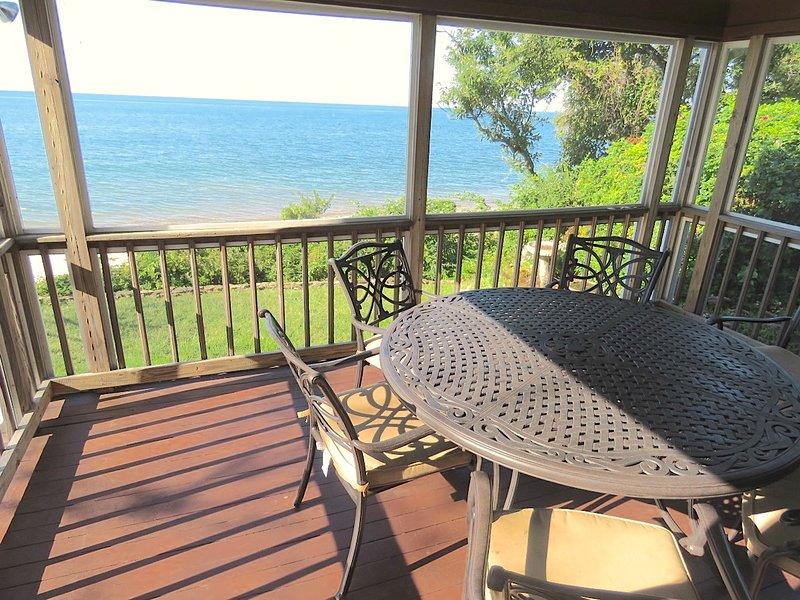 Pas beaucoup de grands porches d'écran le long de la baie avec une vue comme celle-ci. Montré à marée haute.