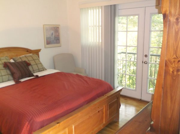 Secluded and Quiet on Wooded Lot 10 Min from Downtown and U of U, aluguéis de temporada em Holladay