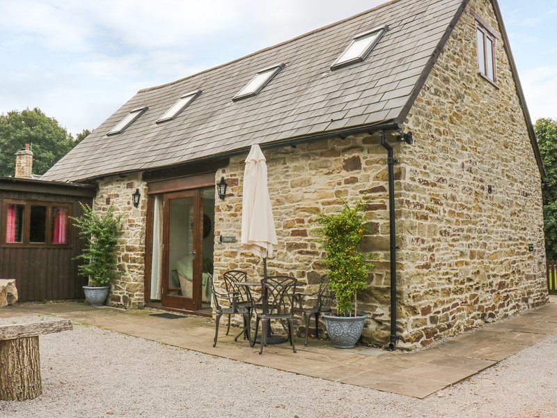 DANBY LODGE, exposed beams, pets welcome, near Coleford, holiday rental in Broadwell