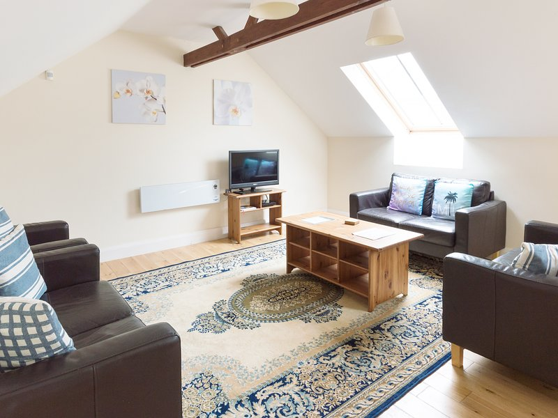 MUSSELWICK, gallery lounge with skylight windows, near St Ishmaels, holiday rental in St Ishmaels