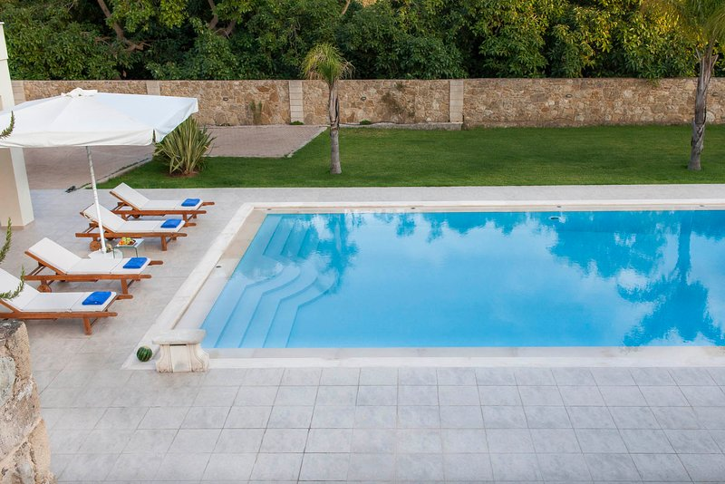 Brand new villa with private pool, ideal for groups, Ferienwohnung in Souda