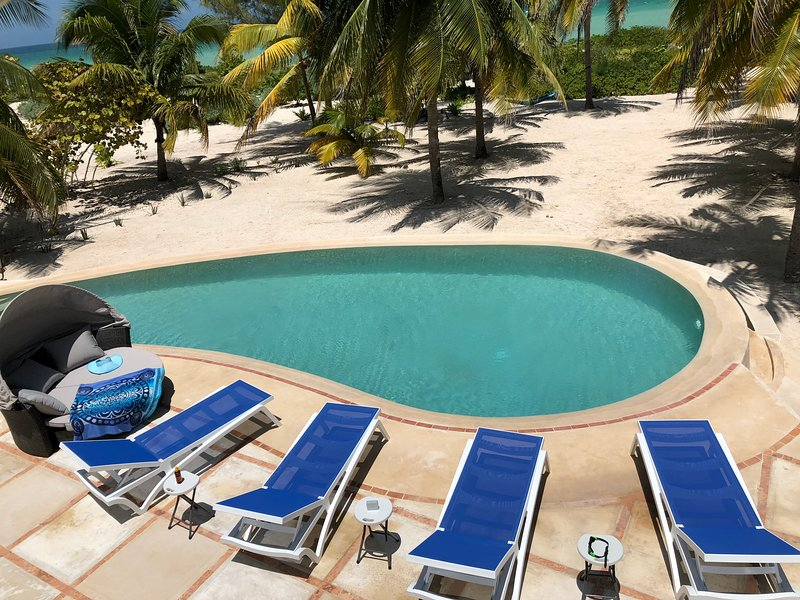 The large private beachfront property with laguna pool, WIFI and AC, holiday rental in San Crisanto