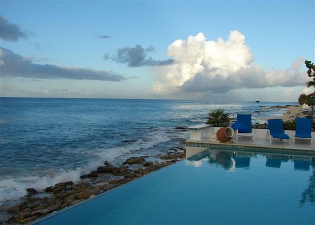 CARIBBEAN BLUE... 5BR beachfront home in Pelican Key, vacation rental in Simpson Bay