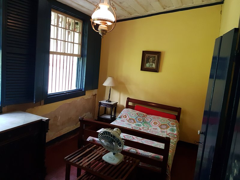 Quarto triplo amarelo - Fazenda São Fernando, aluguéis de temporada em Conservatória