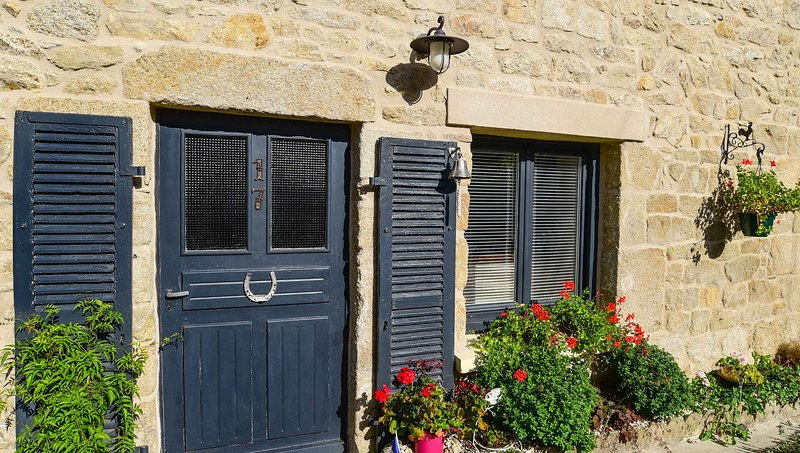 Stone cottage in the centre of Melrand, holiday rental in Quistinic