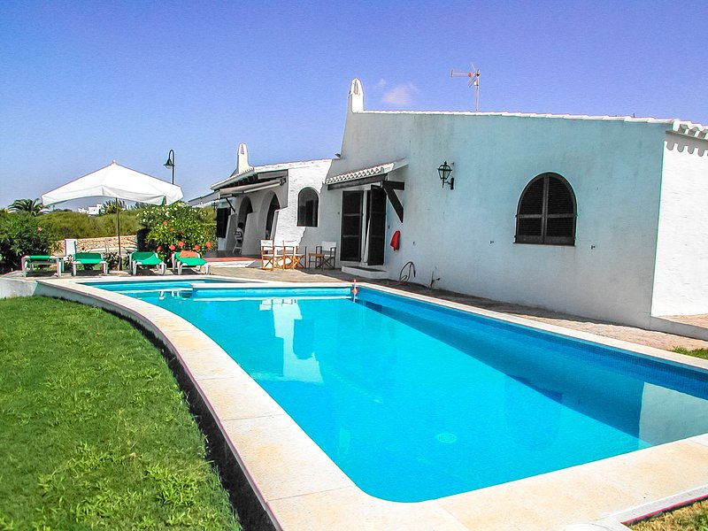Catalunya Casas: Villa Bini for 7 guests, only 1 km to gorgeous Menorca beaches!, casa vacanza a Binibeca