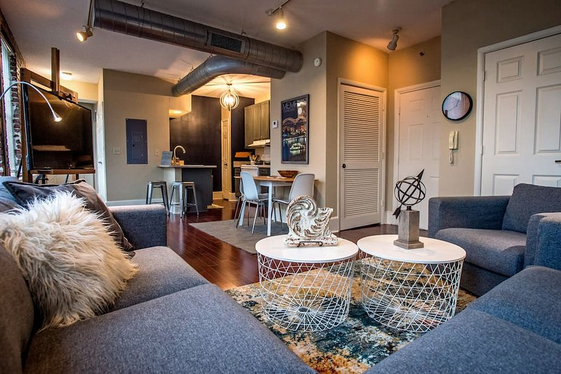 Cozy downtown condo offers quick walk to Beale, FREE GATED parking, & king bed, vacation rental in Memphis