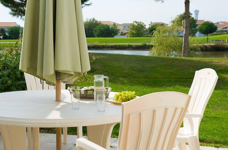Siéntese en la hermosa terraza amueblada que da a su jardín privado.