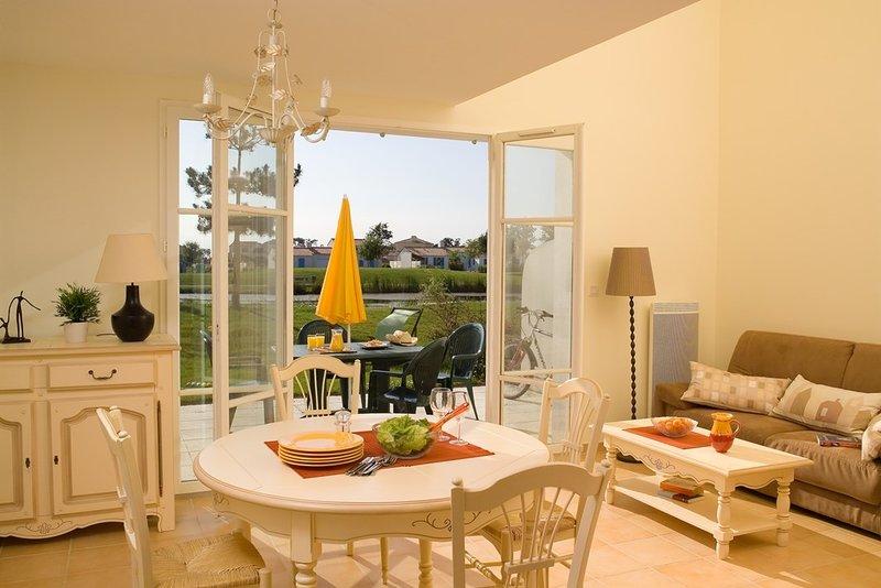 Sente-se no encantador terraço mobilado que se abre para o seu jardim privado!