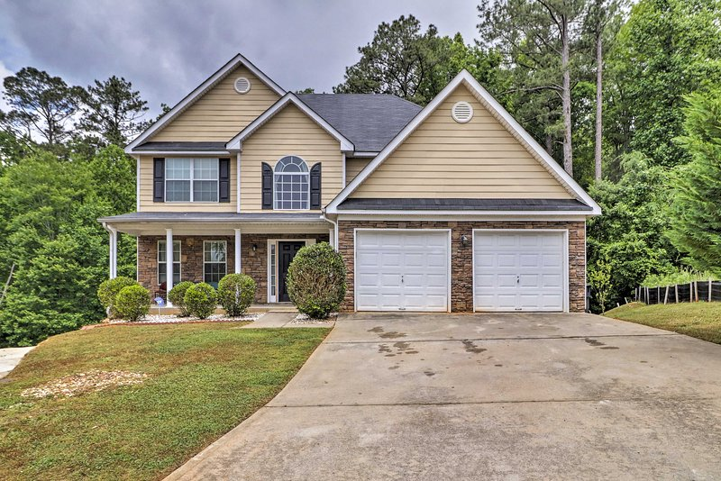 Lovely Family Home - 20 Miles to Downtown Atlanta!, holiday rental in Union City