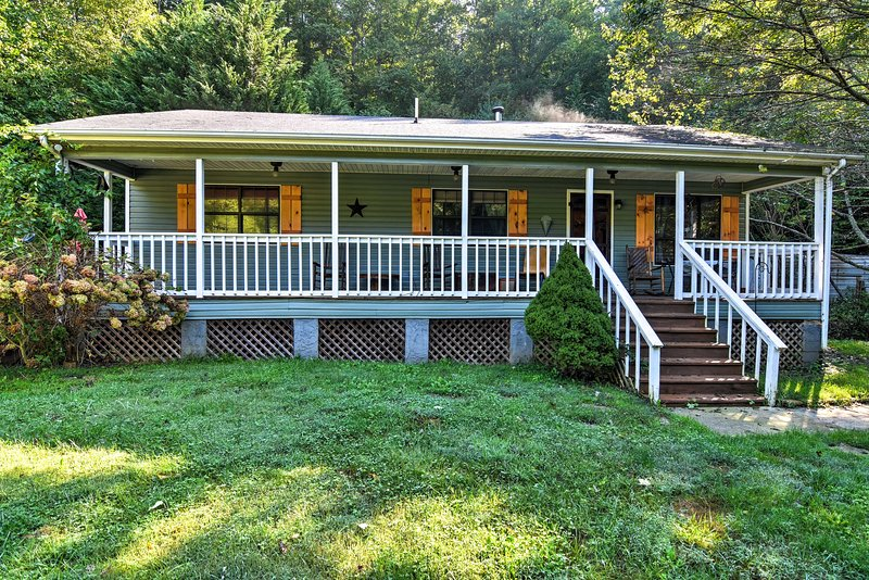 Plan your next southern escape to this 2-bedroom, 2-bath vacation rental cottage