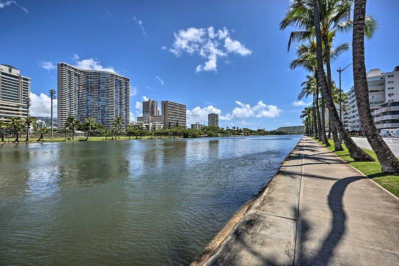 Achetez des vêtements de plage au Royal Hawaiian Centre.