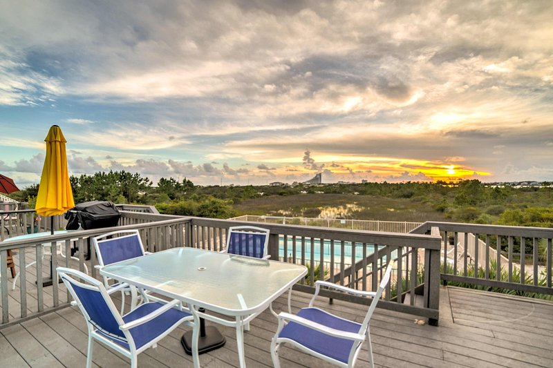 'Barefoot Breeze' is just steps from restaurants and the beach!