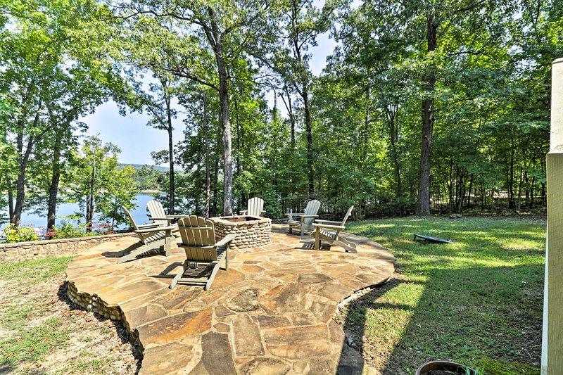 Dieses Haus mit 5 Schlafzimmern und 3 Bädern liegt am Ufer des Greers Ferry Lake!