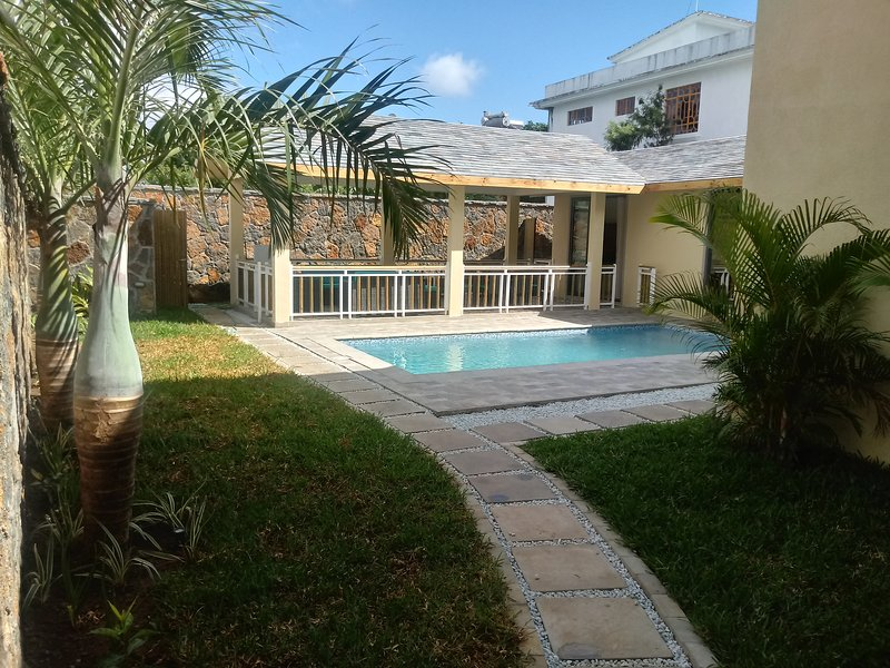 Beautiful villa for rent in pointe aux canonnier for 6 person with swimming, vacation rental in Balaclava