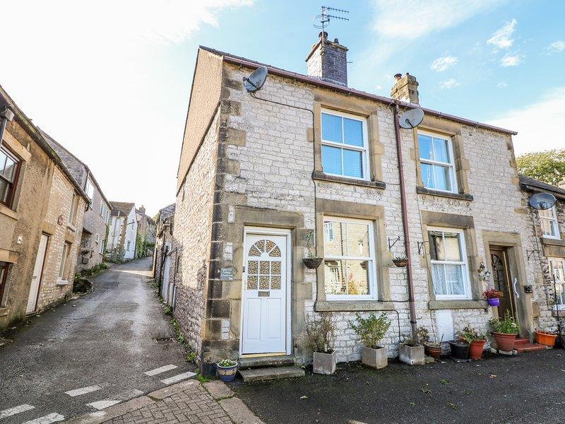 LANE END COTTAGE, pets, WiFi, Tideswell, holiday rental in Millers Dale