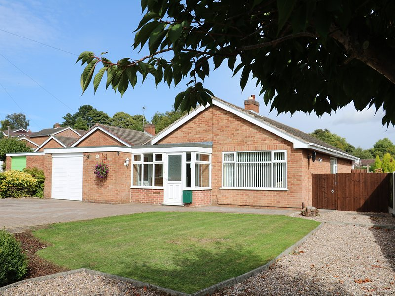 LYNSTED LODGE, conservatory, near Burton upon Trent, holiday rental in Swadlincote
