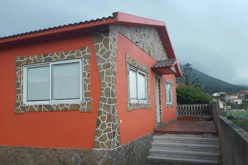 Casa rural espaciosa con jardín y frente al mar, holiday rental in Viladesuso