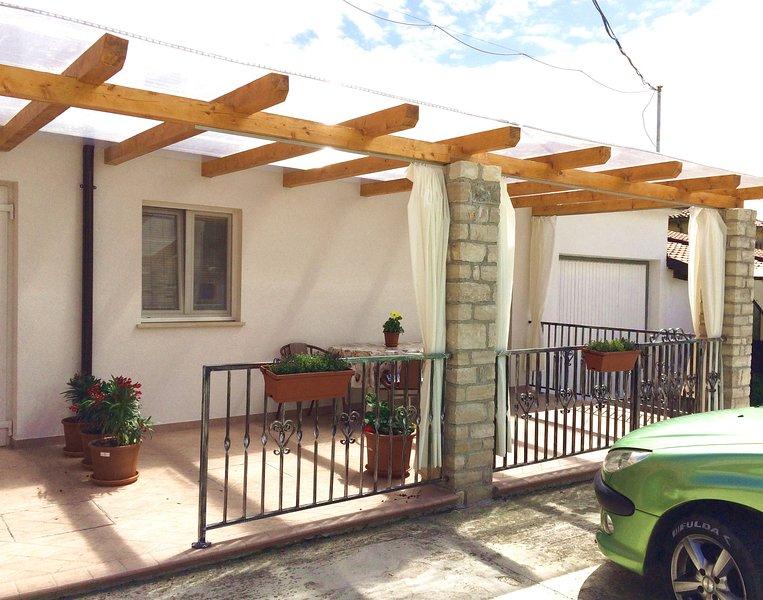 Cottage ANNA 2 Zambratia climatizzato vicino alla spiaggia, terrazzo, parcheggio, holiday rental in Zambratija