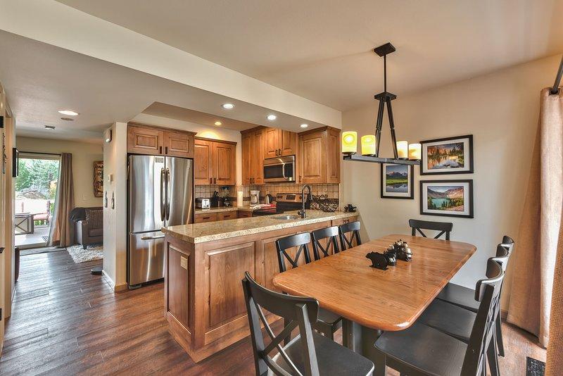 Entrada al comedor, cocina y sala de estar con hermosos pisos de madera noble en toda la propiedad