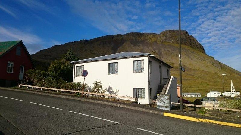 Nice big /70m2/ place for 4 travelers, location de vacances à Hellnar