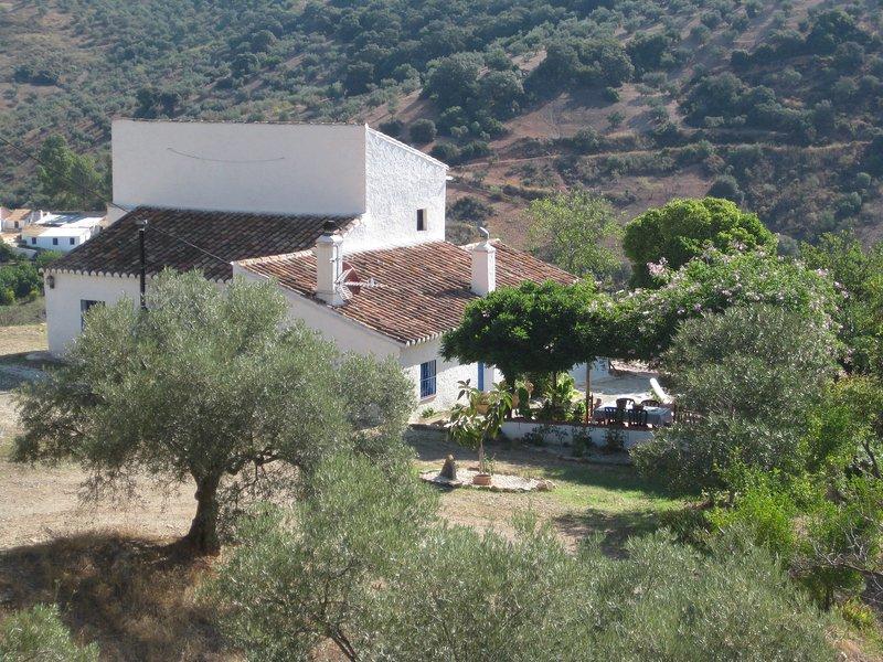 Andalusisches Landhaus mit Meerblick, ideal für Familien mit Hund. Gratis WiFi, holiday rental in Almogia