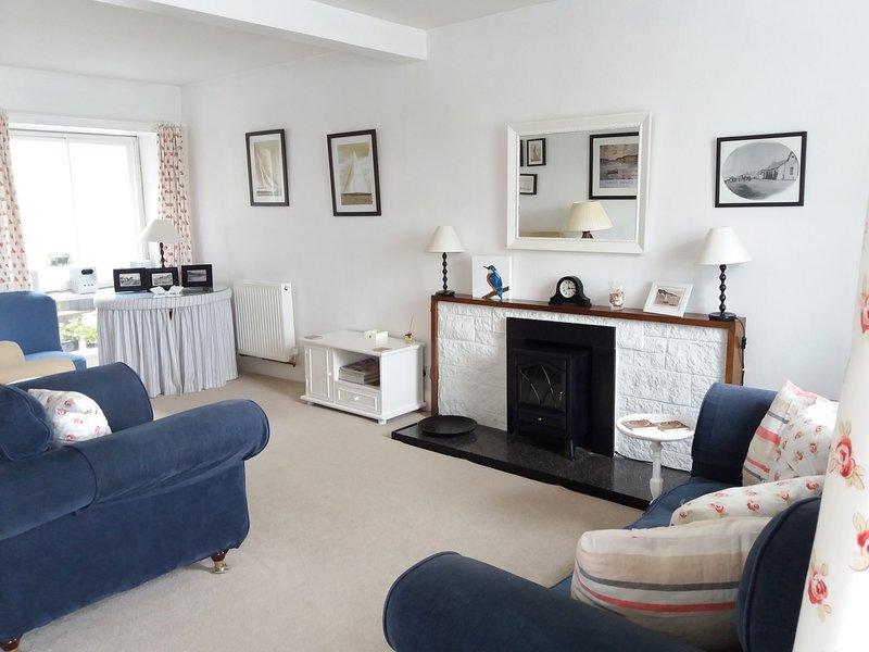 La cómoda sala de estar con vistas al estuario y las colinas de Galloway más allá.