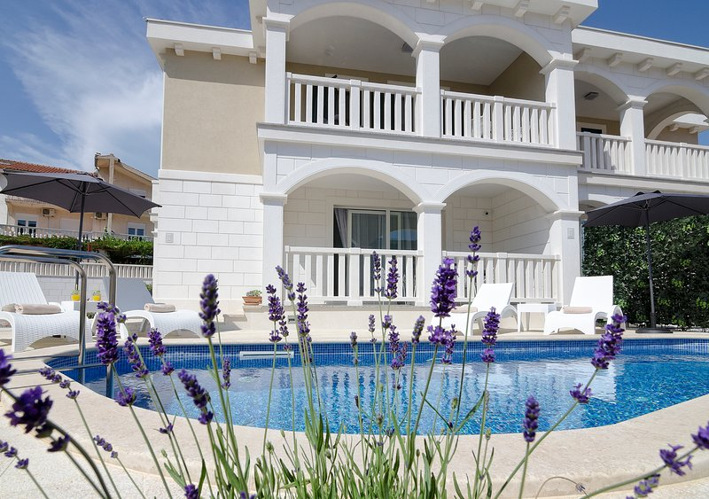 Villa Authenthica****, vacation rental in Grebastica