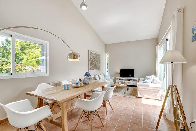 Inviting, spacious living / dining area with high ceilings and access to the terrace
