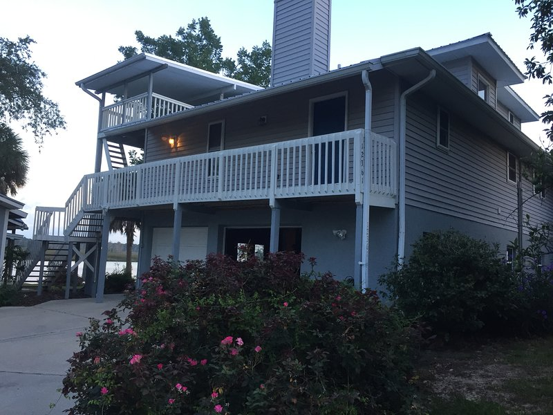 Beautiful Waterfront 3 Story Home W/ Dock In Old Homosassa, Florida, alquiler vacacional en Homosassa