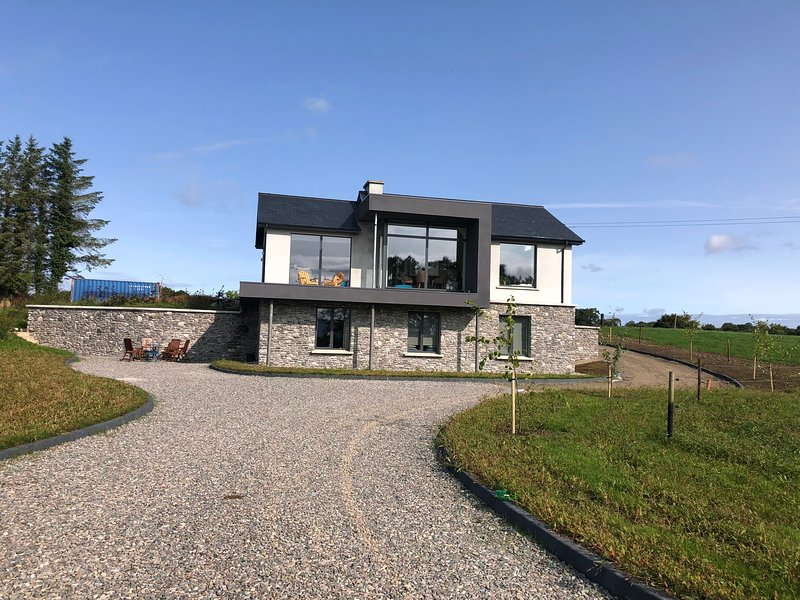 Beautiful Apartment with Stunning Mountain Views, holiday rental in Farranfore