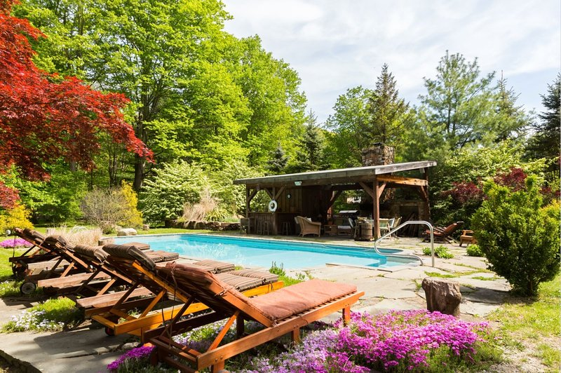 COZY RETREAT: HOT TUB, POOL, SAUNA, AND MORE..., location de vacances à Newburgh