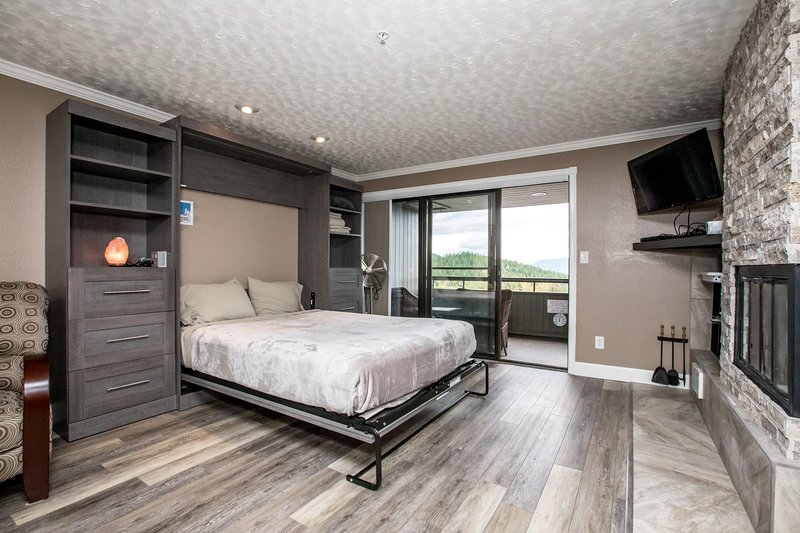 ***Brand new vrbo listing*** Immaculate condo in the heart of Whitefish Mountain, alquiler de vacaciones en Polebridge